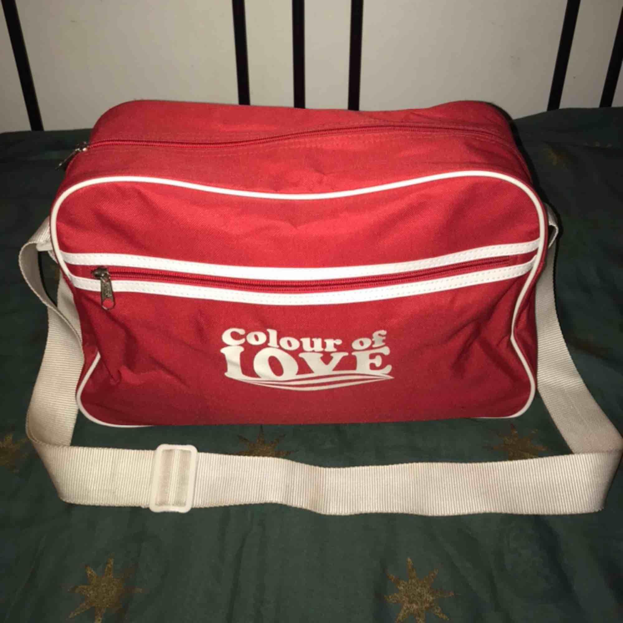 Söt rymlig väska med justerbart axelband! Helt oanvänd. Köpare står för eventuell frakt ! 🥰🌟. Väskor.