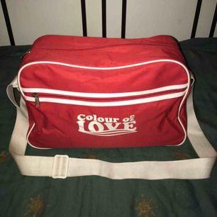 Söt rymlig väska med justerbart axelband! Helt oanvänd. Köpare står för eventuell frakt ! 🥰🌟