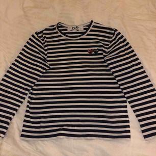 Säljer nu min superfina CDG tröja, pågrund av att den ej kommer till användning längre. Inköpt på NK för 1349kr, men säljer den för endast 700kr. Tröjan är i fint skick och har bara använts vid 4 tillfällen! Det är marinblåa ränder.