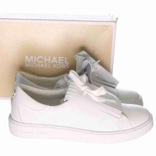 Michael Kors sneakers stl 36. Fint skick. Använda nån enstaka gång. Flärparna på skon kan tas bort, vanliga vita sneakers då.