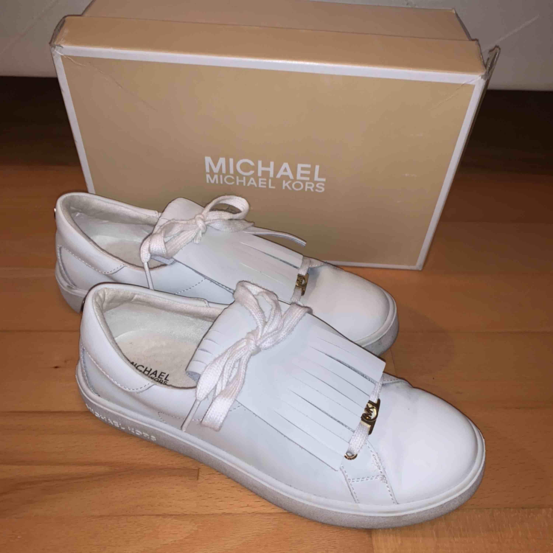 Michael Kors sneakers stl 36. Fint skick. Använda nån enstaka gång. Flärparna på skon kan tas bort, vanliga vita sneakers då.. Skor.