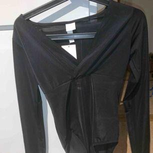 """Jättefin svart """"silkes"""" body, aldrig använd. Köpt från h&m för några månader sedan, 149 kr.  Säljer för 50 kronor eller billigare, vill bara bli av med den då jag aldrig använt den"""