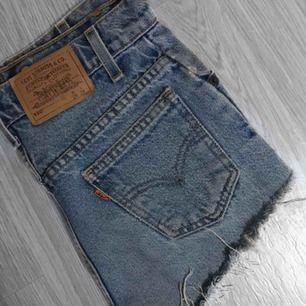 ett par väldigt fina Levis shorts köpta på Gotland. det är modell 550. storleken är 26 men dessa har blivit lite försmå för mig, jag har i vanliga fall storlek 24 i modell 501. dessa är lite mindre än 24 i modell 501! frakt tillkommer. pris kan diskuteras