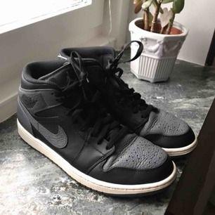 Jordan 1 Mid shadow colorway grå svart vit  Size 42.5 EU 9 US Lite använda och smått slitage på hälen men mycket liv kvar i dem! Buda eller fråga på!