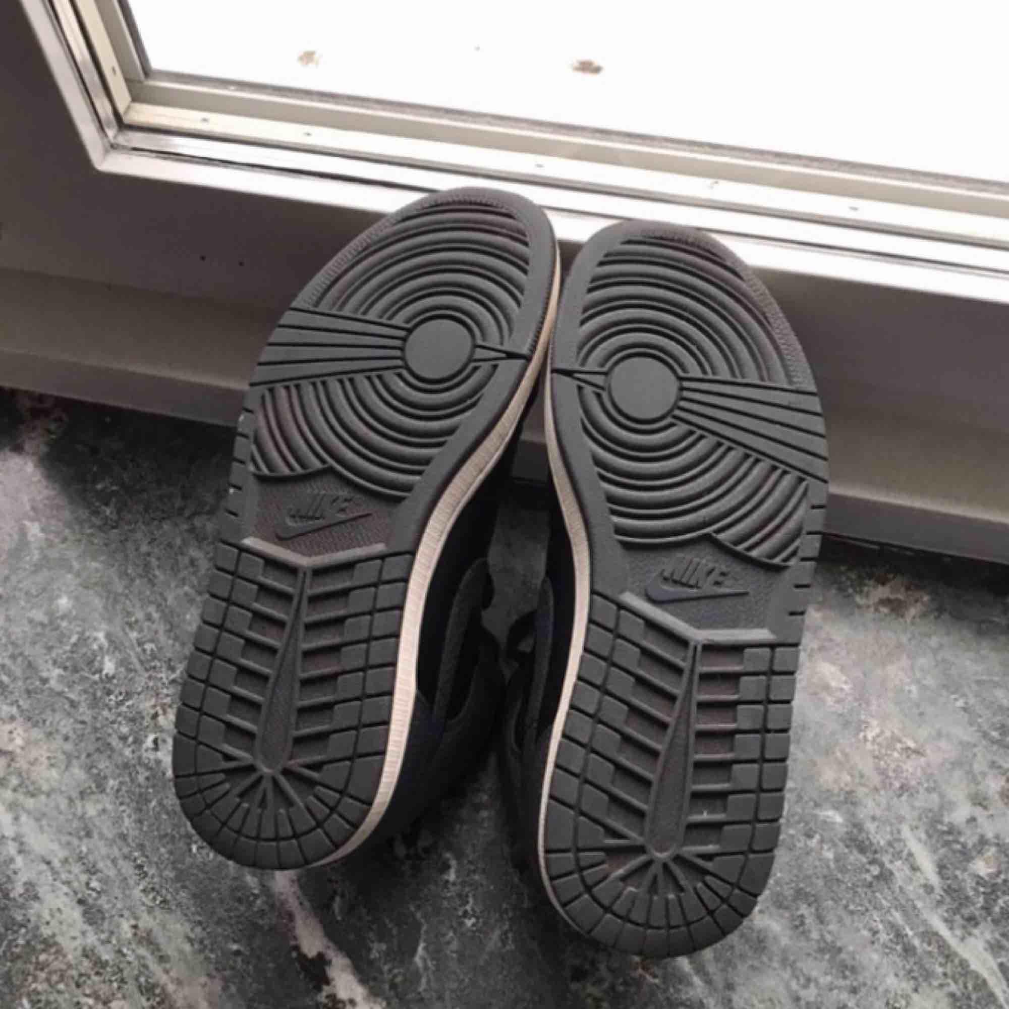 Jordan 1 Mid shadow colorway grå svart vit  Size 42.5 EU 9 US Lite använda och smått slitage på hälen men mycket liv kvar i dem! Buda eller fråga på!. Skor.