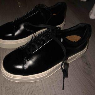 Säljer ett par helt nya Eytys Doja leather 🥰 Aldrig använda, i storlek 39. Om fler bilder önskas är det bara att skriva💕