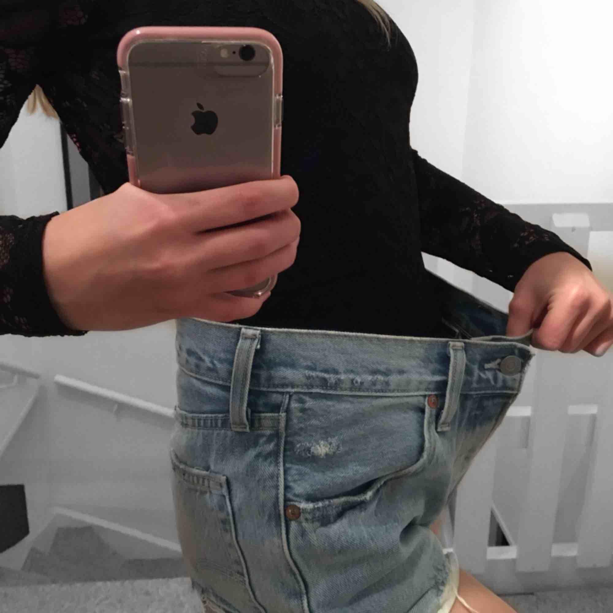 ett par Levi's shorts köpta på nakd. storleken står ingenstans tydligen men jag är typ helt säker på att det var storlek 27. säljer pga att dom tyvärr är för stora för mig. . Shorts.