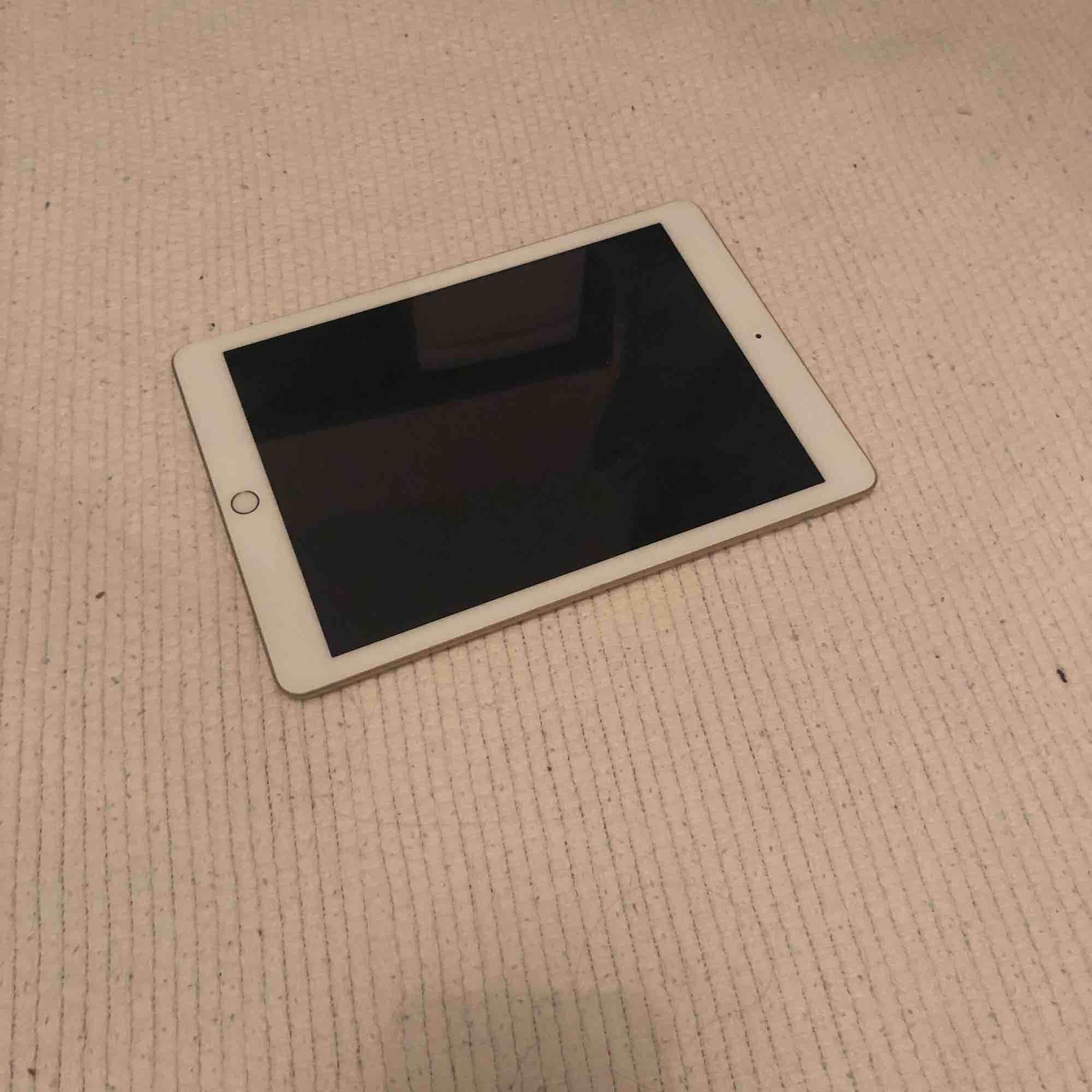 En iPad från Apple, nypris 3479. Använd i ca 2 år. Några små repor men inget som syns tydligt. Inga fel som stör. Pris går att diskuteras. Köparen står för frakt💞 meddela för fler bilder.  iPad Wi-Fi 32GB gold. . Övrigt.