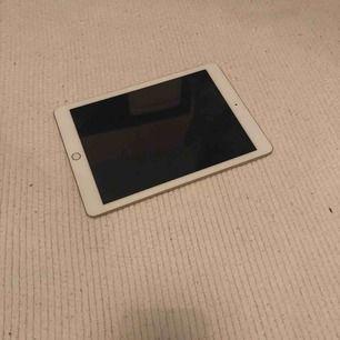 En iPad från Apple, nypris 3479. Använd i ca 2 år. Några små repor men inget som syns tydligt. Inga fel som stör. Pris går att diskuteras. Köparen står för frakt💞 meddela för fler bilder.  iPad Wi-Fi 32GB gold.