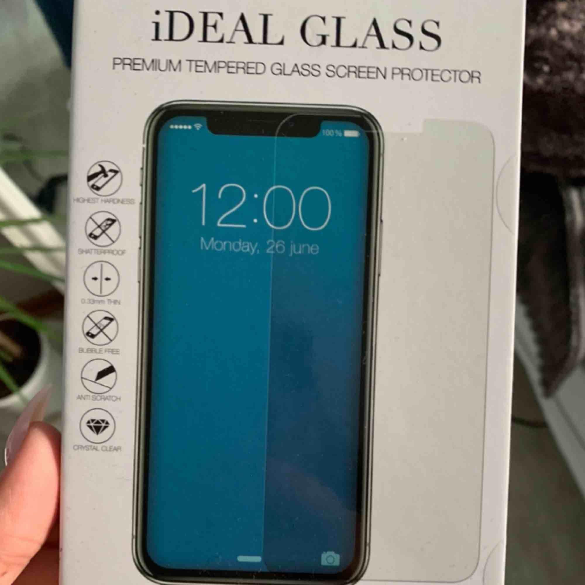Härdat Skärmskydd som jag själv använder till min mobil, mycket bra kvalité och sitter bra, köpte till fel mobil då jag har xr. Övrigt.
