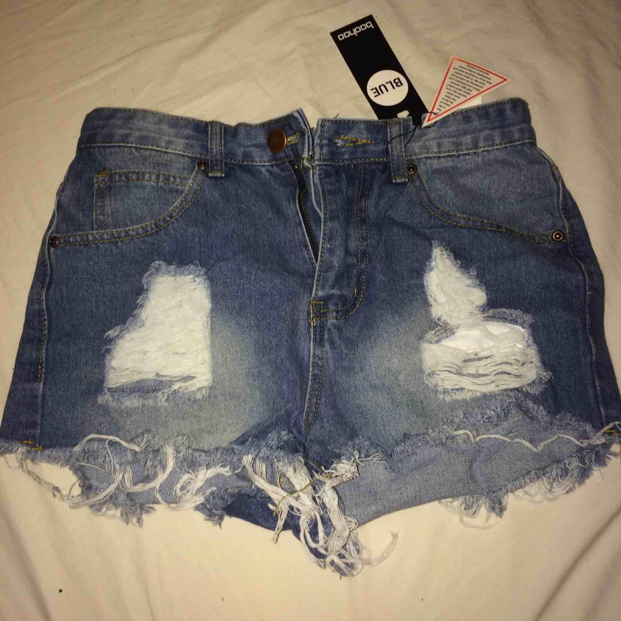 Säljer dessa helt oanvända jeansshorts från boohoo. Säljer pågrund av försmå. Storlek 36 men är mer som 34. Fraktureras endast 50kr. Priset kan diskuteras😊. Shorts.