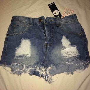 Säljer dessa helt oanvända jeansshorts från boohoo. Säljer pågrund av försmå. Storlek 36 men är mer som 34. Fraktureras endast 50kr. Priset kan diskuteras😊