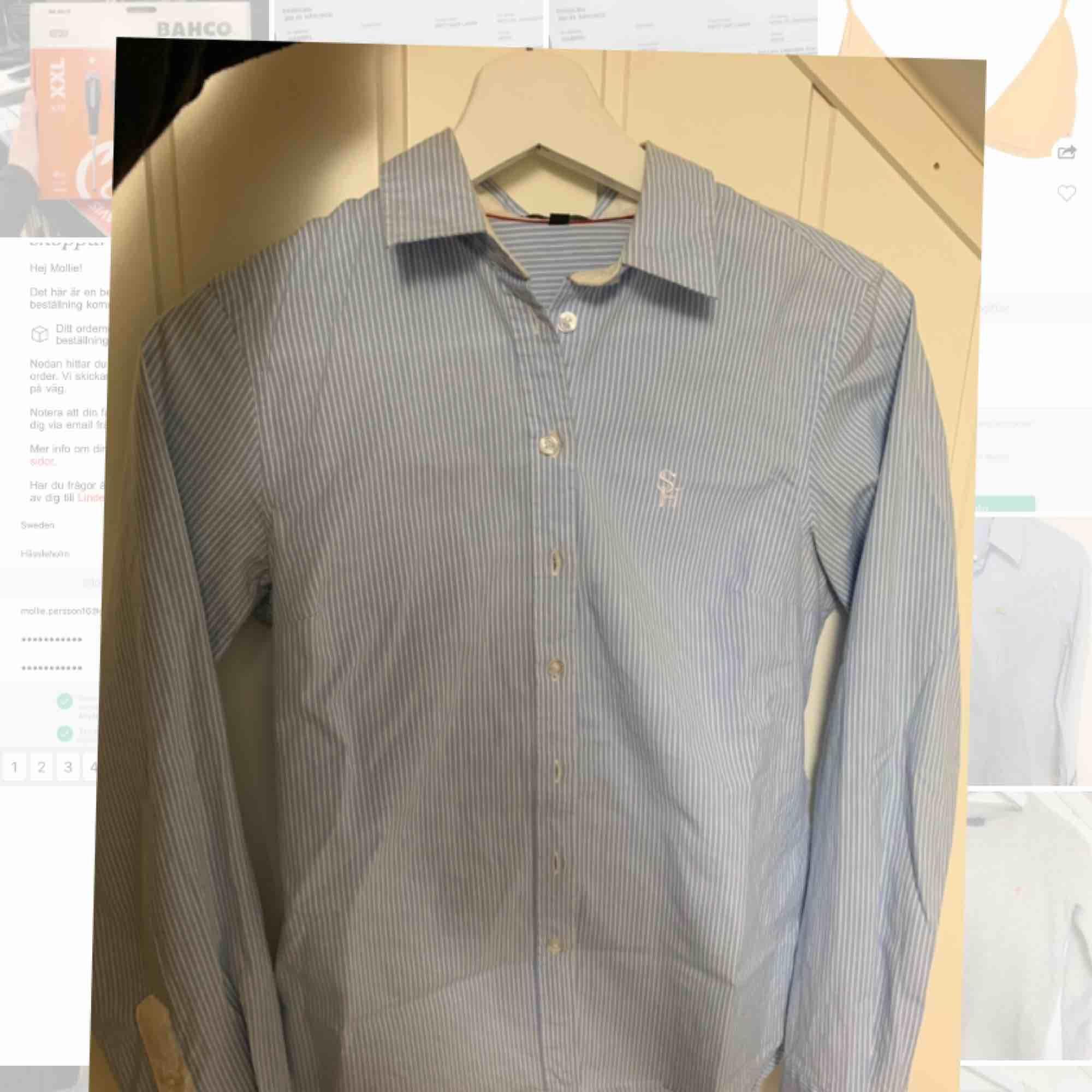 Skjorta från Stockholm marker. Liten vit fläck vid armbågen. Annars bra skick. Använd fåtal gånger. Storlek 34.. Skjortor.