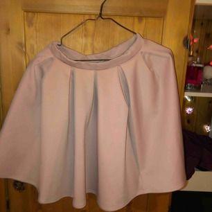 En smutsrosa kjol i storlek S från Nelly one