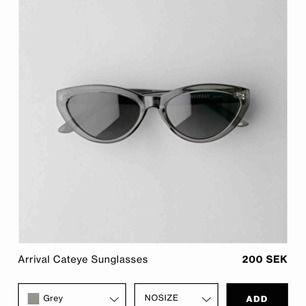 """Solglasögon från weekday i modellen """"arrival cateye""""  Solglasögonen är gråa men syns inte tydligt på bild."""