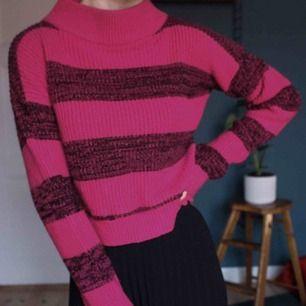 Kort stickad tröja köpt i second hand butik men i fint skick! Sparsamt använd med härlig färg :) Frakt tillkommer💕