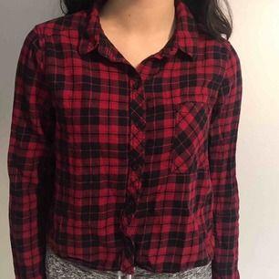 Röd flannel skjorta från H&M. Inga hål eller fläckar. Har bara använt några gånger❤️