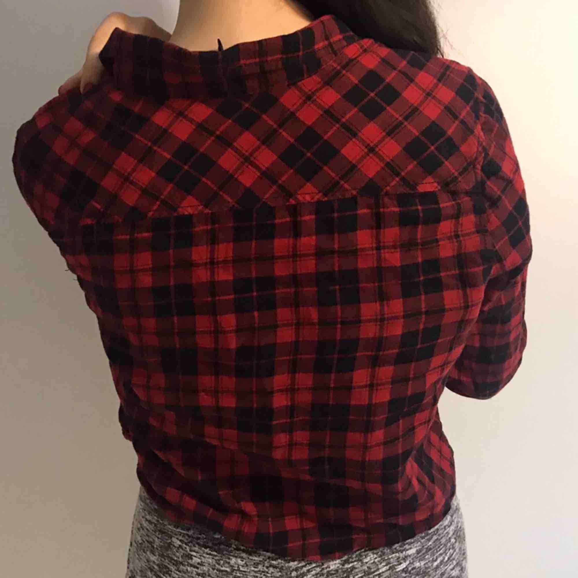 Röd flannel skjorta från H&M. Inga hål eller fläckar. Har bara använt några gånger❤️. Skjortor.