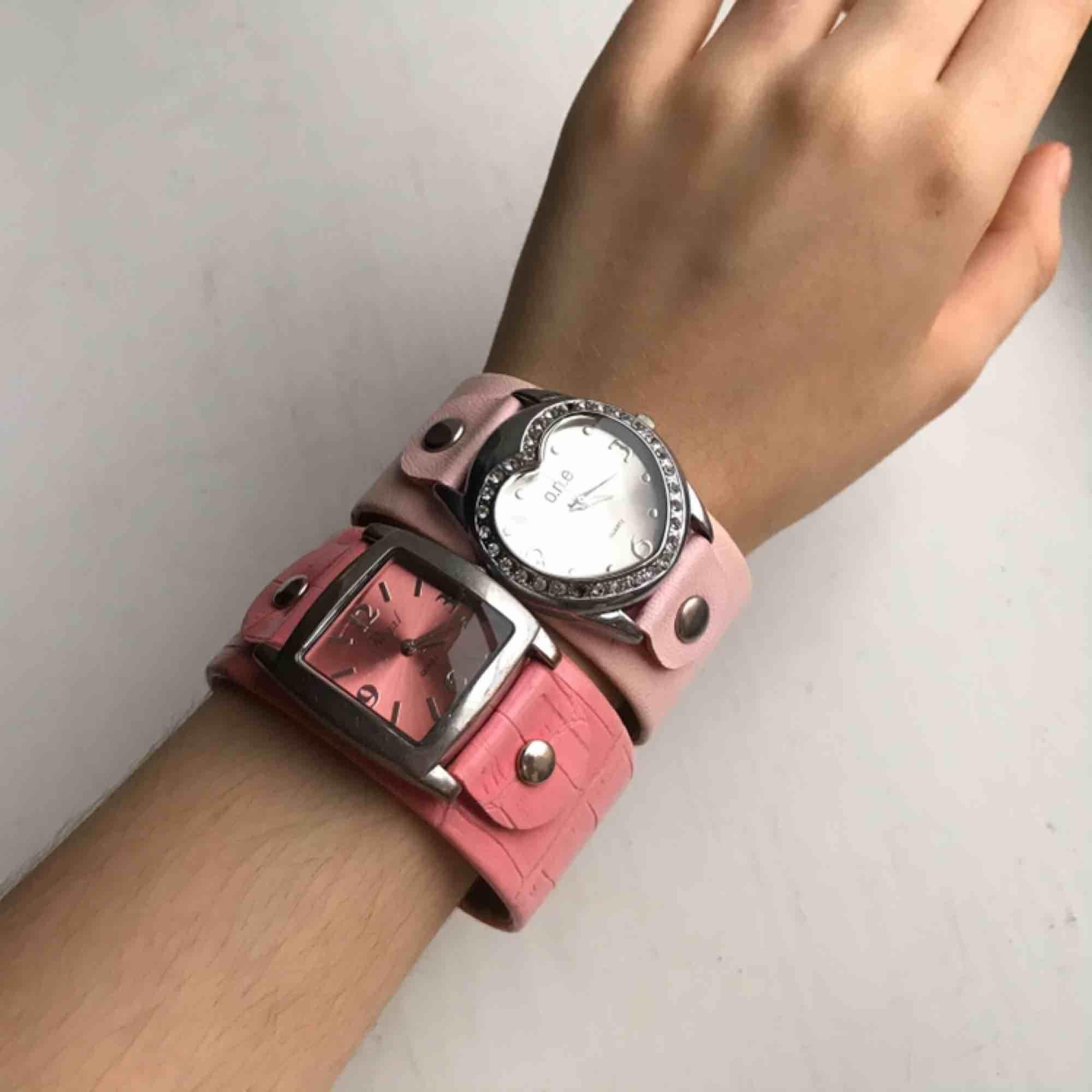 Två matchande rosa klockor, suuupersöta💕💕 Tyvärr funkar det inte men det Hartman ju telefonen till eller hur :) En kostar 50 eller båda för 80, frakt tillkommer😚🌸. Accessoarer.