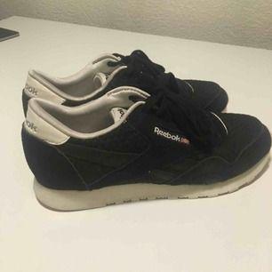 Svarta Rebook skor i suede-material. Använt fåtal gånger och säljer pga för stora.   Köpare står för frakt 🌸