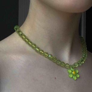 Så himla gulligt halsband! Känner tyvärr inte att den passar min stil längre men har verkligen älskat detta! Funderar på om det är handgjort för det är inget märke och det är gjort på ett elastiskt snöre. Köpte den i en vintage butik i våras, frakt 9 kr💕