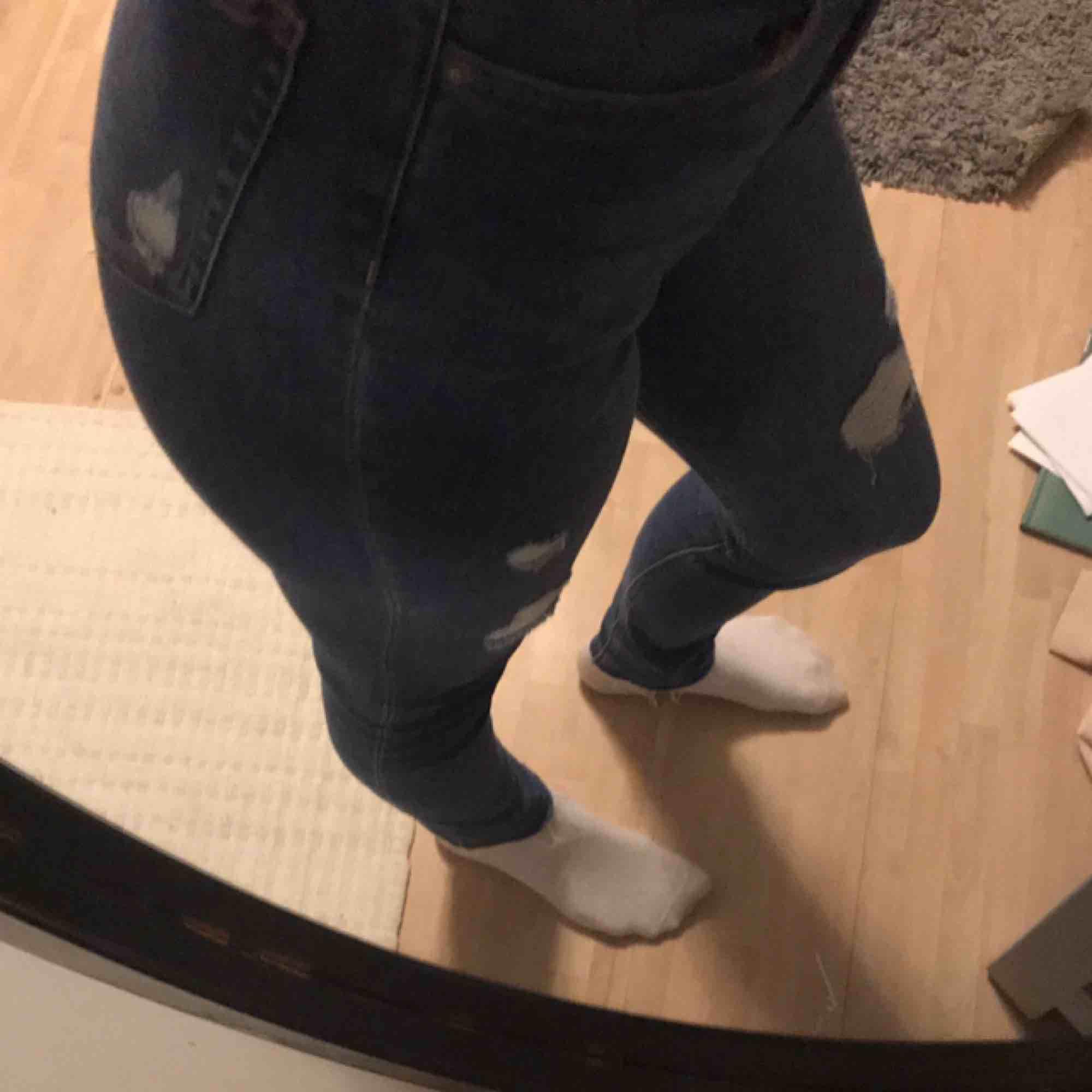 Säljer mina skit snygga jeans ifrån H&M i storlek S/M Dem är endast testade och säljs pågrund av att jag aldrig har använt dem sen jag köpte dem, dem är som nya och köptes i våras.  Frakten ingår i priset. 💓. Jeans & Byxor.