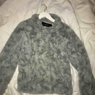 En jättemysig grå pälsjacka från VeroModa🥰 köparen står för frakt 🥰