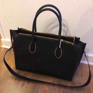 En svart väska ifrån hm. Köptes för 300kr Säljs pga ingen användning  I gott skick!