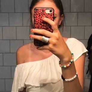 Ett väldigt fint spontanköp som jag aldrig har kommit till att använda, därför  säljer jag den! Det är en vit off-shoulder tröja från H&M i extremt bra skick då jag aldrig använt den. Tar swish!