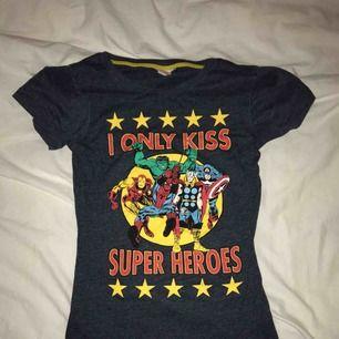 Skitsnygg Marvel tröja, står S men skulle säga att den är en XS/S 🥰 köparen står för frakt🥰