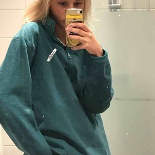 fleece tröja från weekday. den är grönblå typ. jättemjuk. lite oversize på mig som är XS. Inte noppeig alls