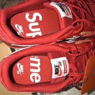 Supercoola Nike x Supreme skor (äkta) med lappar kvar och lådan om det önskas!! Säljer pga att de är för små för mig. Köparen står för frakt men möts också gärna upp i Malmö/Lund 🖤✨