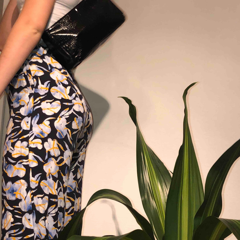 UNDERBARA vida byxor från weekday. köpa förra sommaren för 499:-, säljer då de tyvärr blivit för små för mig:( slutar strax ovanför mina anklar och jag är 172 cm lång!! 💕🐢 frakt är inkluderat i priset, men möter även upp i lund och helsingborg!!📦 . Jeans & Byxor.