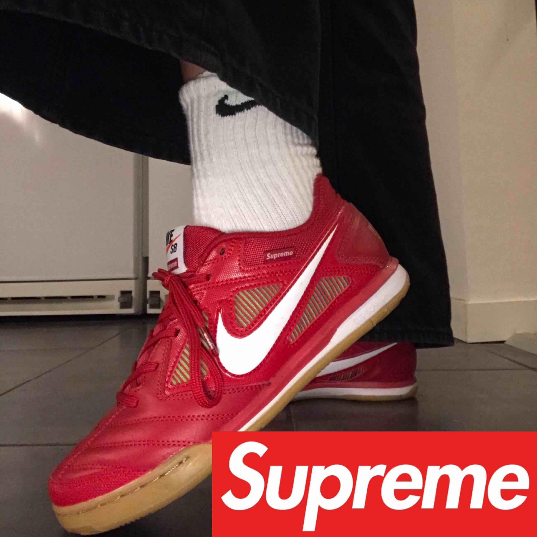 Supercoola Nike x Supreme skor (äkta) med lappar kvar och lådan om det önskas!! Säljer pga att de är för små för mig. Frakt ingår men möts också gärna upp i Malmö/Lund 🖤✨ . Skor.