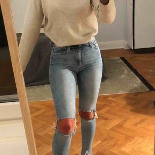 Snygga jeans med hål och slits nedtill. De är i storlek 27 men har väldigt mycket stretch, skulle säga att de passar mellan XS-M. Jag är 170 cm lång.✨✨