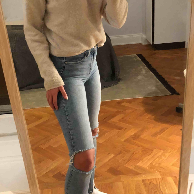 Snygga jeans med hål och slits nedtill. De är i storlek 27 men har väldigt mycket stretch, skulle säga att de passar mellan XS-M. Jag är 170 cm lång.✨✨. Jeans & Byxor.