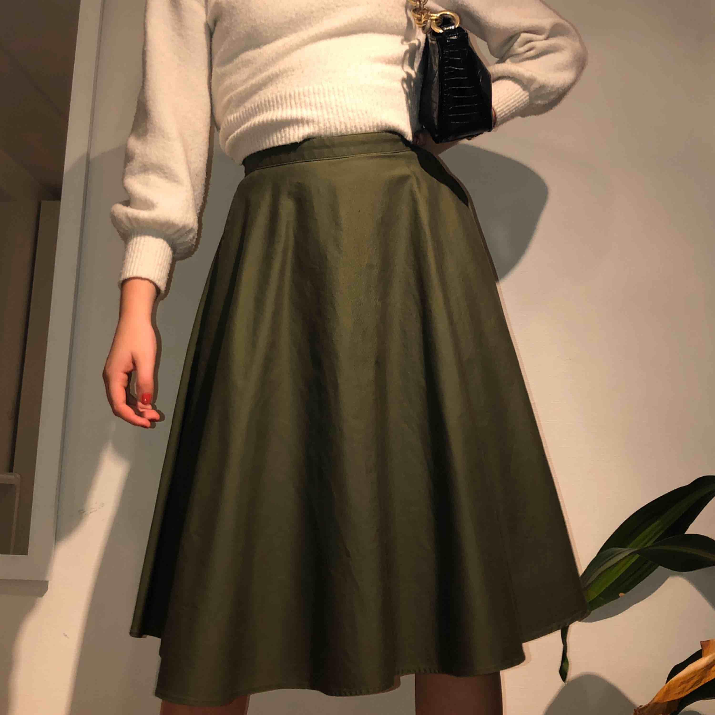 olivgrön knälång kjol från uniqlo, köpt i new york förra hösten för 45 dollar. inte använd mer än två gånger. jättefint skick!! frakten är inkluderad i priset!!📦💕 men möter även upp i lund och helsingborg 🥳🥳🐻🌸🌷. Kjolar.