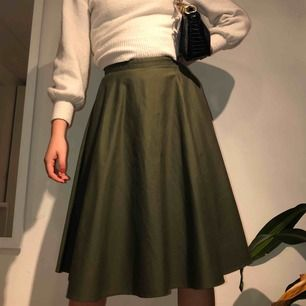 olivgrön knälång kjol från uniqlo, köpt i new york förra hösten för 45 dollar. inte använd mer än två gånger. jättefint skick!! frakten är inkluderad i priset!!📦💕 men möter även upp i lund och helsingborg 🥳🥳🐻🌸🌷