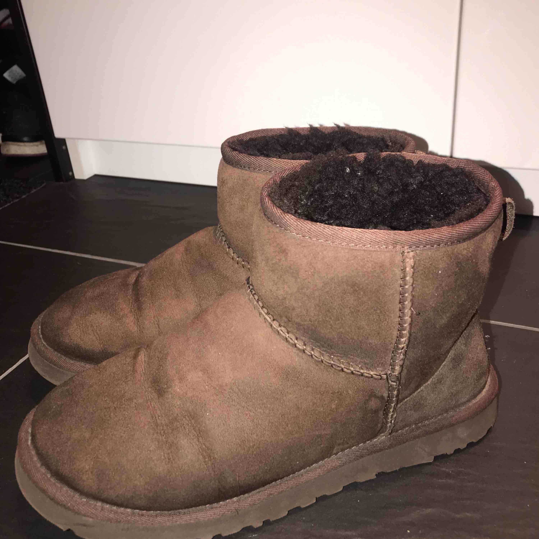 Intressekoll på mina ursnygga uggs!! De är inköpta förra vintern och har mest stått i garderoben så sparsamt använda! . Skor.