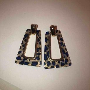 Fina örhängen med gulddetaljer och blått leopardmönster, använt ett fåtal gånger, frakt tillkommer