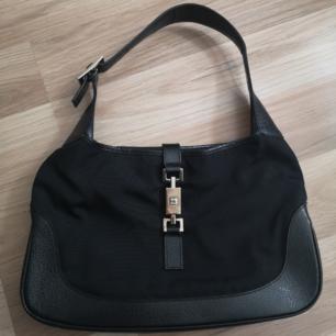 Säljer min Gucci Jackie väska! Äkthetsintyget finns på tredje bilden! 🖤 Köpt vintage men i nyskick! Priset kan diskuteras å är många intresserade blir det budgivning! INGA SKAMBUD. Annonsen är upplagd på Tise också.