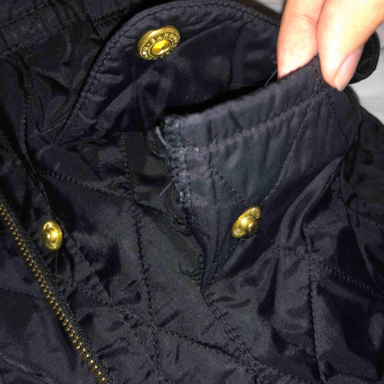 Fin barbour jacka som inte kommer till användning längre. Fint skick, dock är ena ficksömmen lite av på högra fickan men det märks inte så mycket (bild) därav det låga priset. Nypris 2000kr. Jackor.