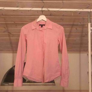 Rosa gant skjorta storlek 34. Bra skick, använd några ggr. Köpare står för frakten.😁😁
