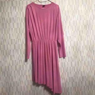 Oanvänd klänning från Ginatricot storlek M.  Finns i Hornstull 💕💕