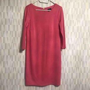 Oanvänd klänning från vila storlek S  Finns i Hornstull 💕💕