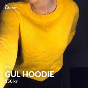 En fin gul stickad tröja ifrån hm. Har inte använt den alls mycket och är just därför jag säljer den.  Frakten ingår i priset! 🌸