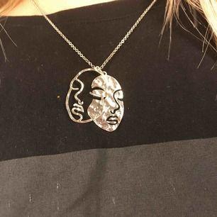 Silvrigt halsband, använd 1 gång. Köpare står för frakt.😁💗💗