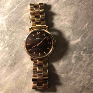 Jättefin Marc Jacobs klocka, fick den i present för ett tag sedan. Nypris 2900kr, säljer för 1000kr. Finns även fler länkar till den om den skulle vara för lite.  Dock inget fungerande batteri i den.