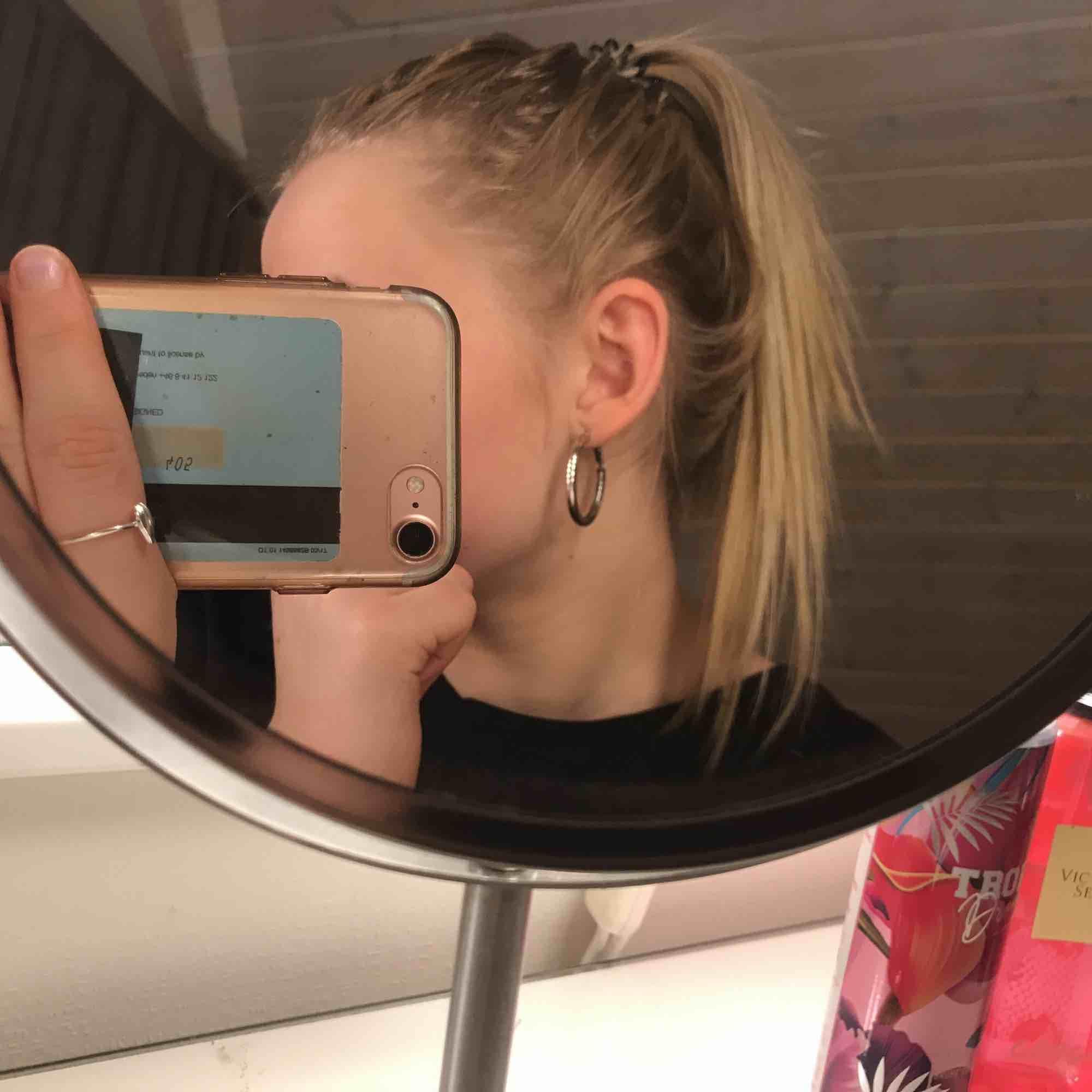 Säljer ett par silvriga öronhängen. Använda 1 gång. Köpare står för frakt💗. Accessoarer.