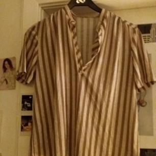 Urfin skjorta/blus köpt på secondhand. Lappen i nacken är tyvärr bortklippt så jag har ingen aning om vart ifrån den kommer från början. Frakt tillkommer!